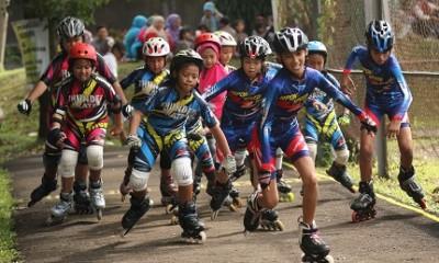 Atlet Sepatu roda Sedang bermain bersama