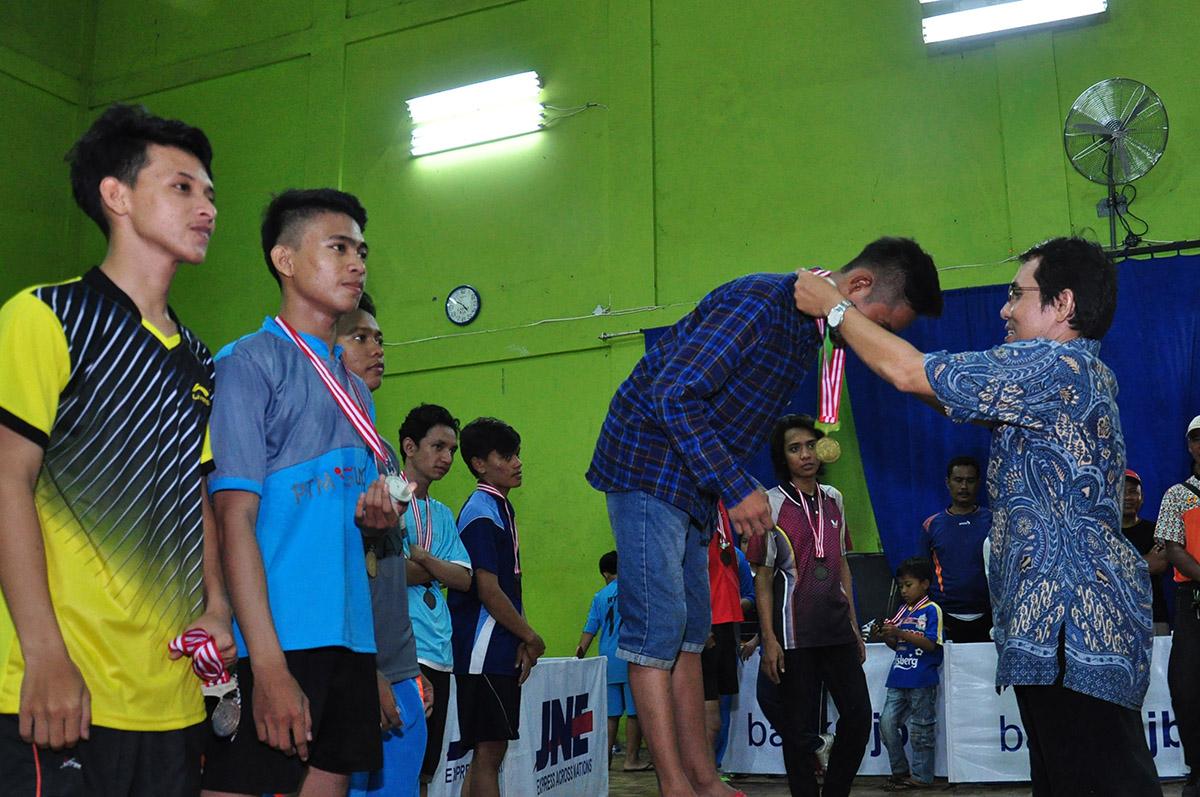 Pengalungan Medali Juara tenis meja Oleh Ketua KONI Kota Depok