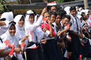 Para Pelajar Turut memeriahkan acara Kirab PON XIX Jabar