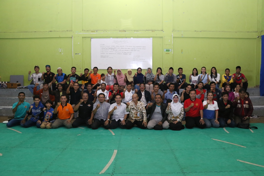 Foto bersama atlet, pelatih, dan pengcab dalam acara buka puasa bersama