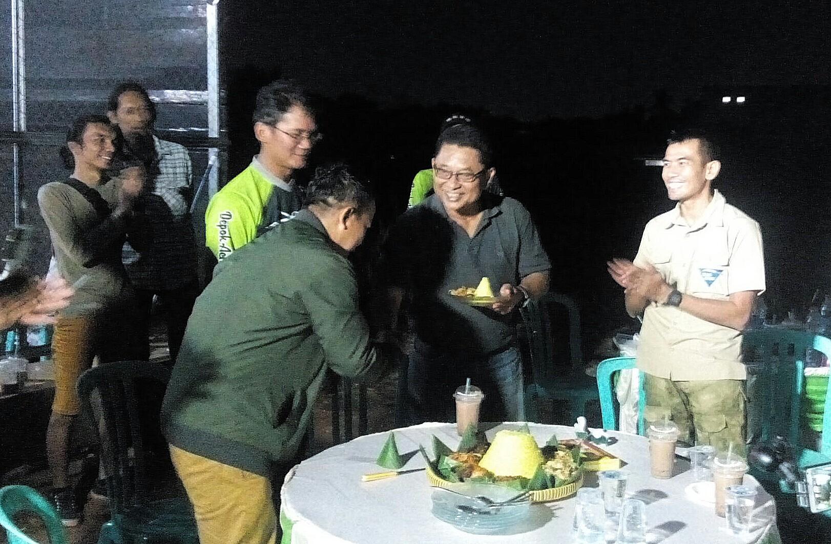 Ketua DAC Tono Wisnu menyerahkan tumpeng kepada perwakilan KONI Kota Depok