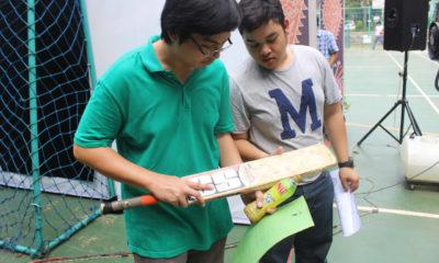 Pengurus Cricket mengenalkan pemukul bola kepada siswa