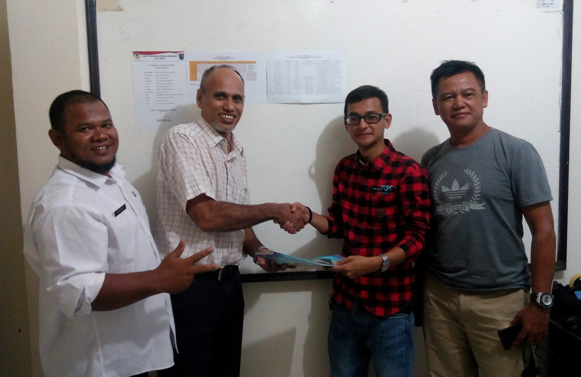 Eki paralayang menyerahkan Technical handbook kepada Mustafa KAbinpres KONI Kota Depok