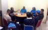 Kepala bidang Binpres KONI Mustafa memberikan arahan kepada pelatih bola voli