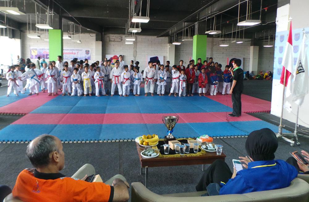 Para karateka peserta kejuaraan Forki Depok Cup II