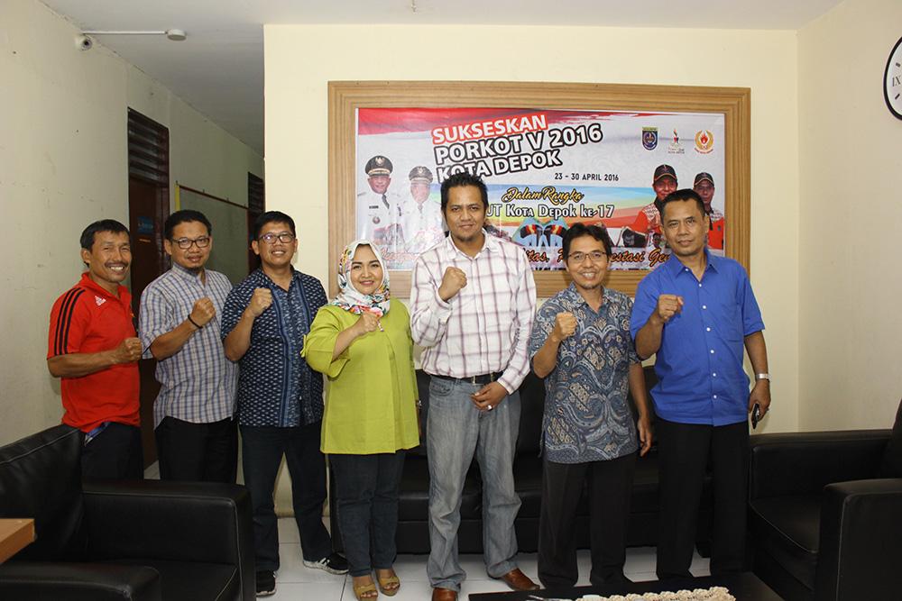 Dheni Satria Owner Golden Stik Foto Bersama pengurus KONI Kota Depok