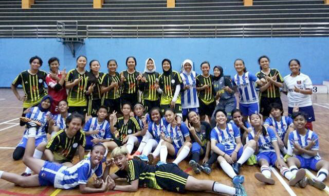 Foto Bersama Tim futsal putri kota Depok dengan tim futsal ngapak FC di GOR Pasar Minggu