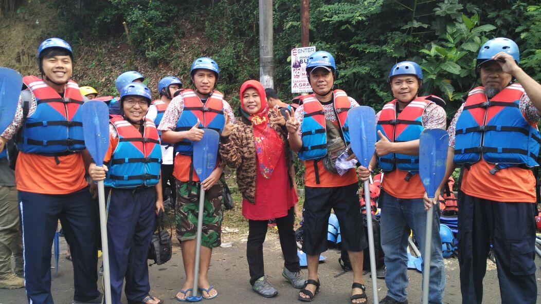 Pengurus KONI Foto Bersama sebelum melaksanakan kegiatan menyusuri sungai ciliwung