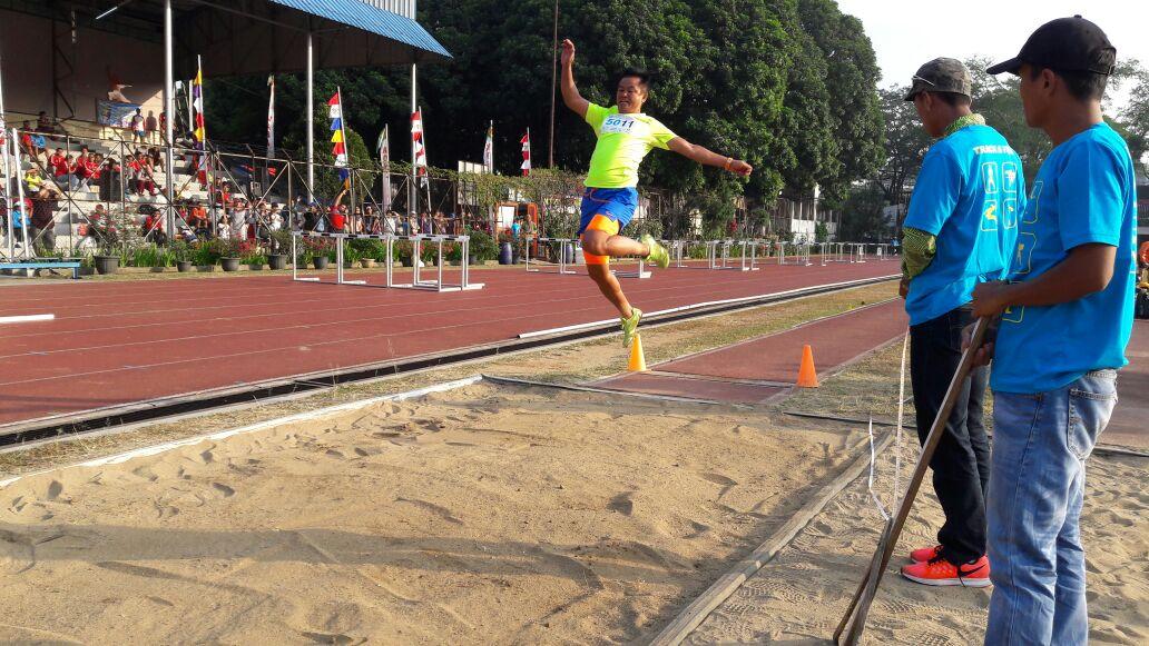 Deni Suprayogi saat beraksi di nomor pertandingan lompat jauh