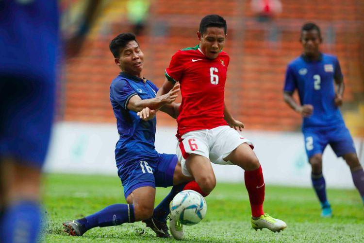 Gelandang timnas Indonesia, Evan Dimas, mencoba melewati hadangan pemain Thailand pada pertandingan sea games malaysia