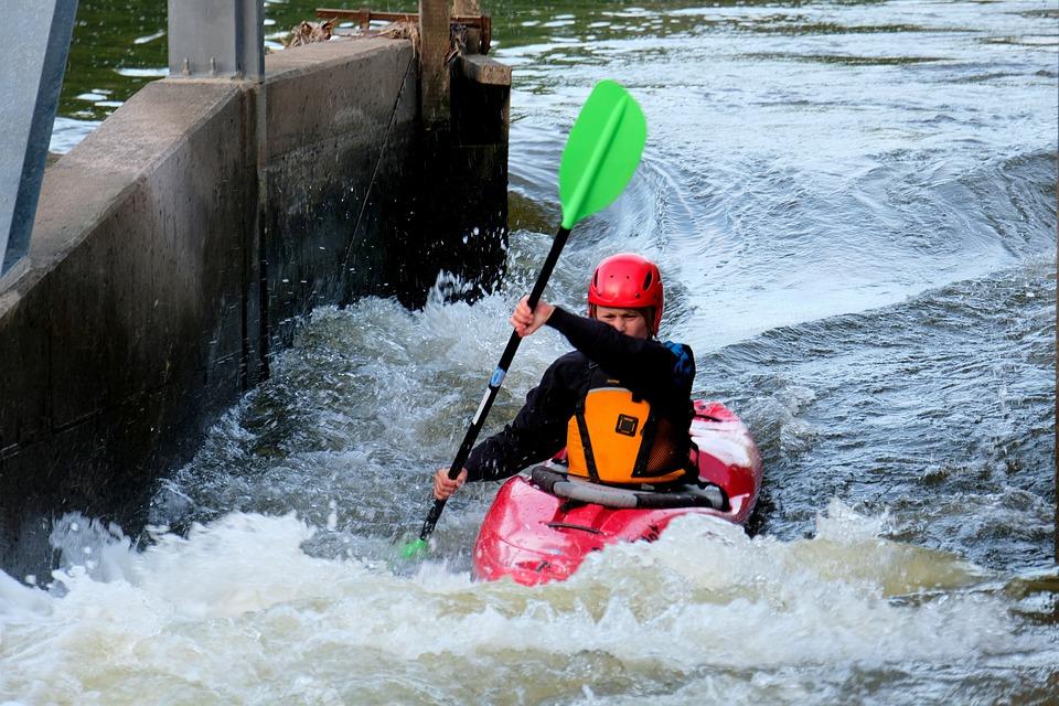 Atlet Slalom Canoeing beraksi di derasnya aliran sungai