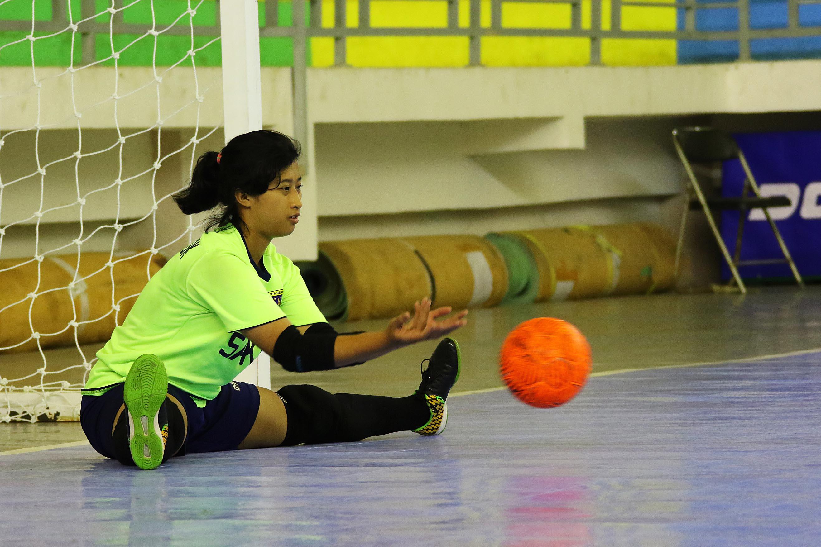 Ria Ayu Prastika Kiper Futsal putri saat melakukan streching sebelum bertanding