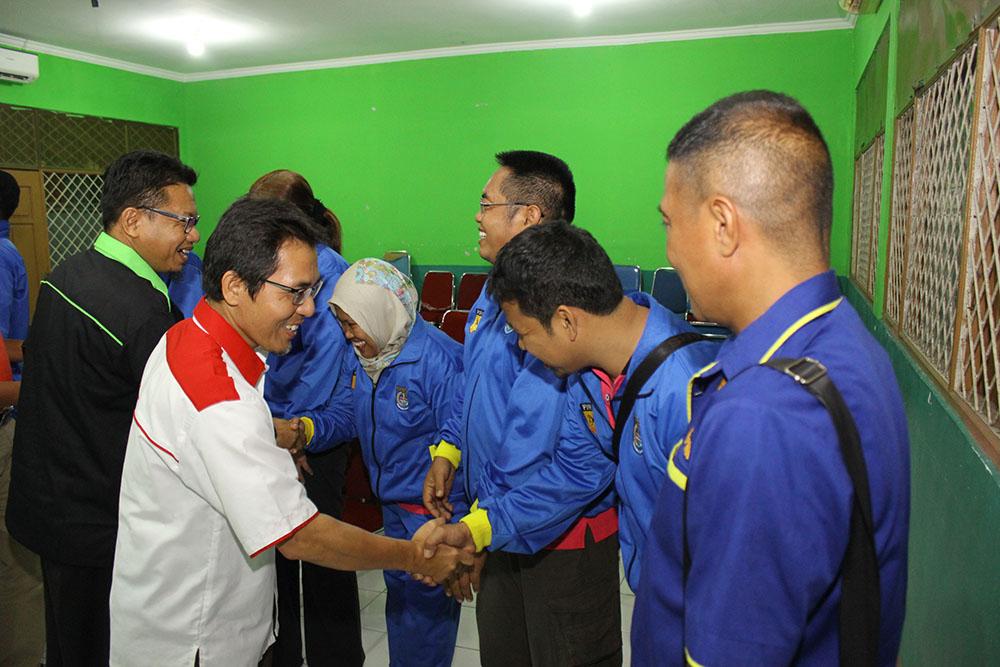 Ketua Koni lepas tim BK Porda Karate di Aula KONI Kota Depok pada Selasa (17/10). Foto: Tri