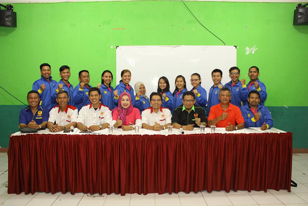Tim Karate BK Porda foto bersama Usai Pelepasan dilaksanakan di aula KONI Kota Depok pada selasa (17/10) Foto : Tri