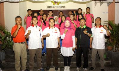 Tim Karate Foto bersama sebelum acara pelepasan dilaksanakan di Aula KONI Kota Depok pada Selasa (17/10). Foto: Tri