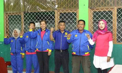 Tim Official karate pada BK Porda Jabar saat acara pelepasan atlet di Aula KONI Kota Depok pada Selasa (17/10). Foto: Tri