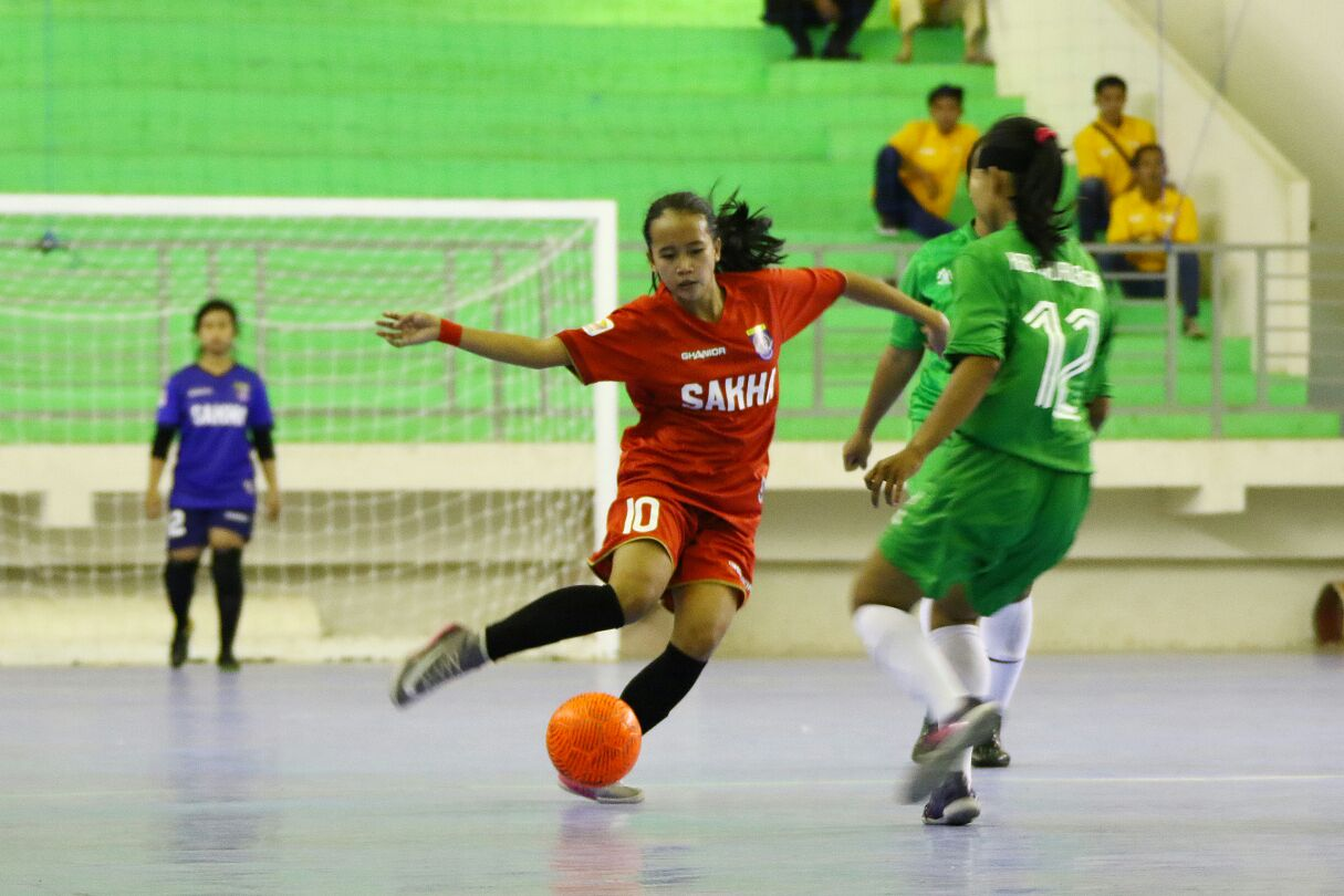 Pemain Futsal putri saat menggiring bola
