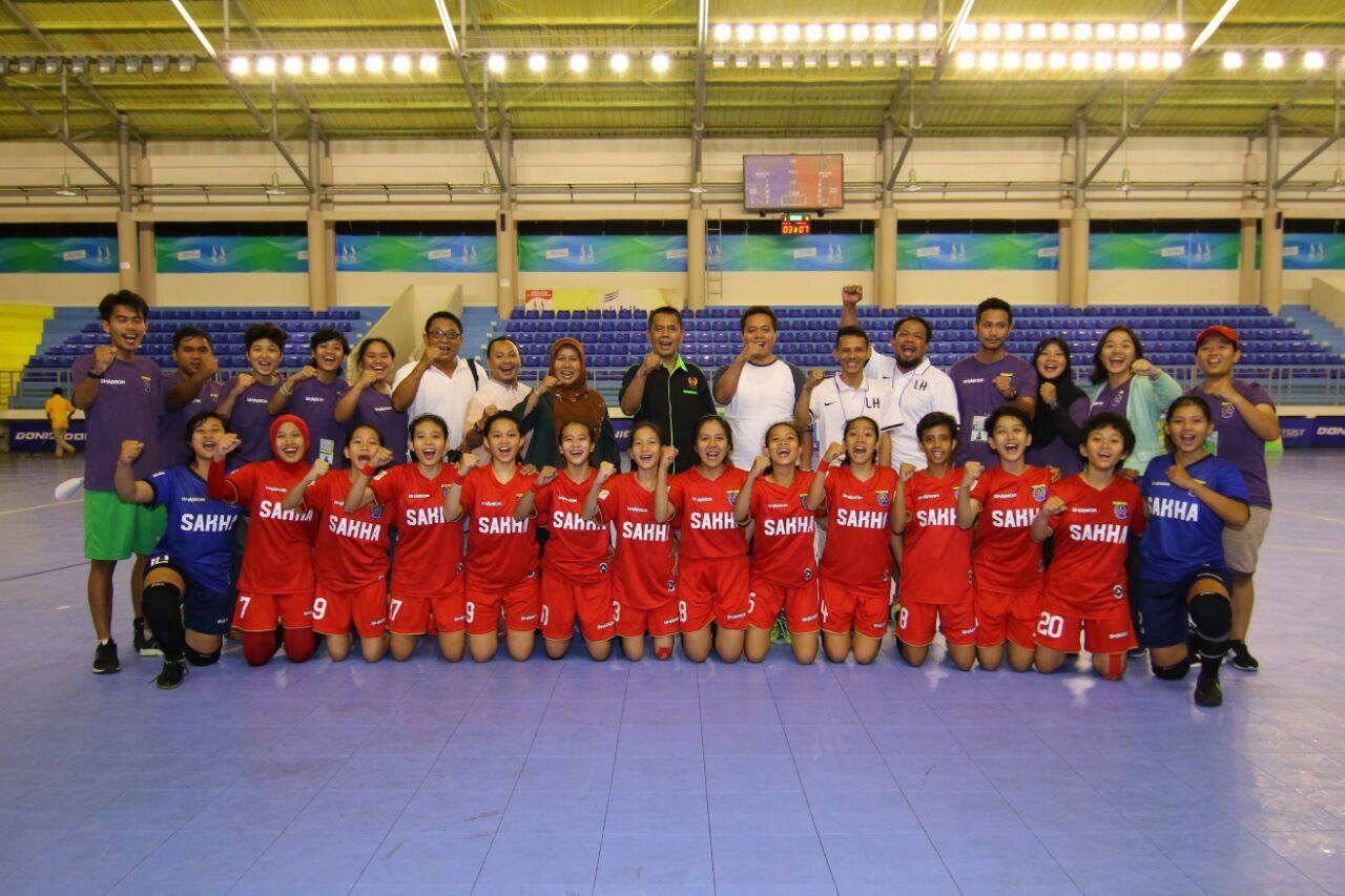 Pengurus Koni Kota depok Foto Bersama Tim Futsal Putri Usai Menjalani laga Tanding melawan Kan Majalengka