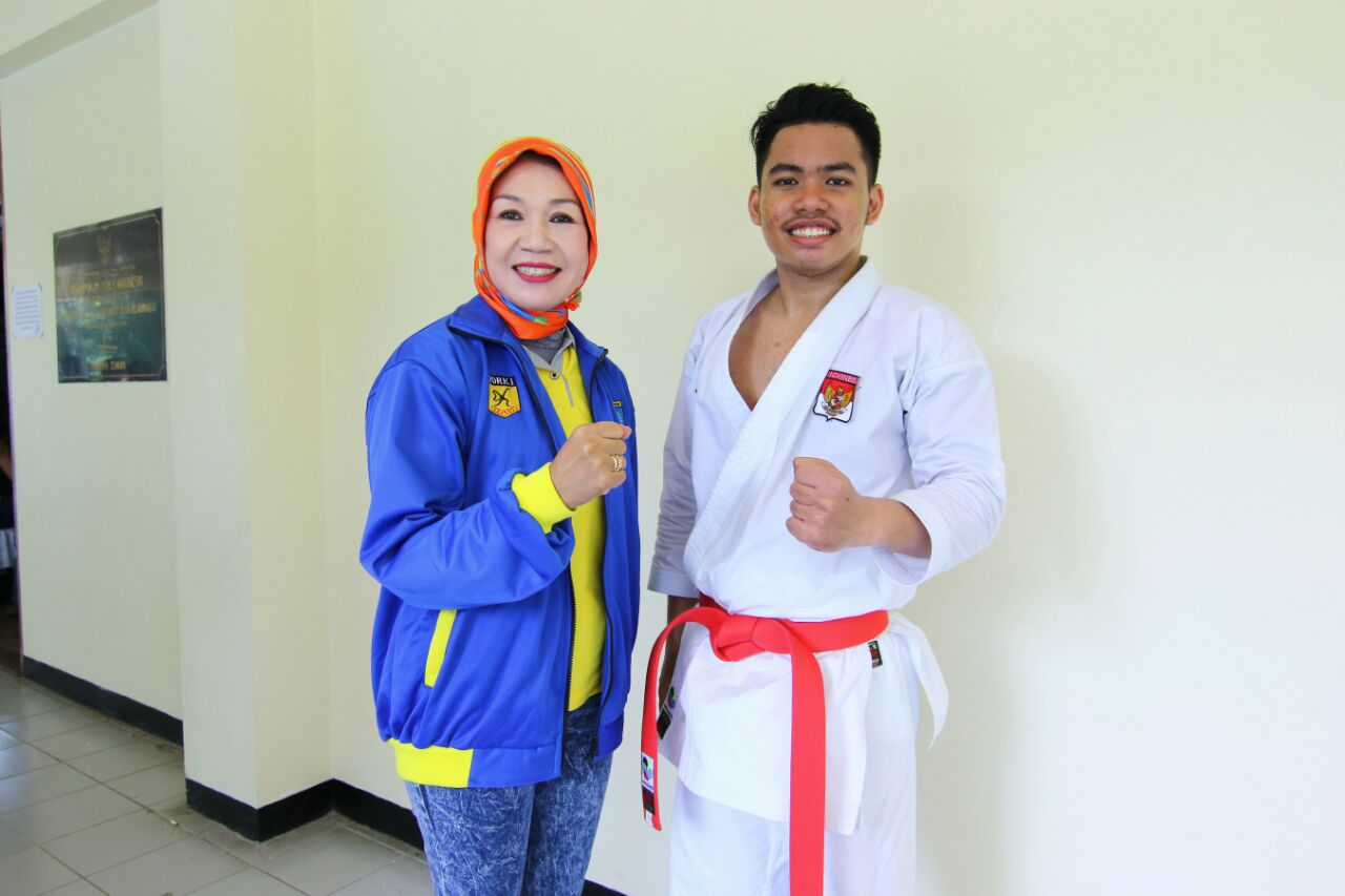Rahmad Dharmawan Atlet karate foto bersama ketua Forki Kota Depok Rr Dyah Retno Suprobowati