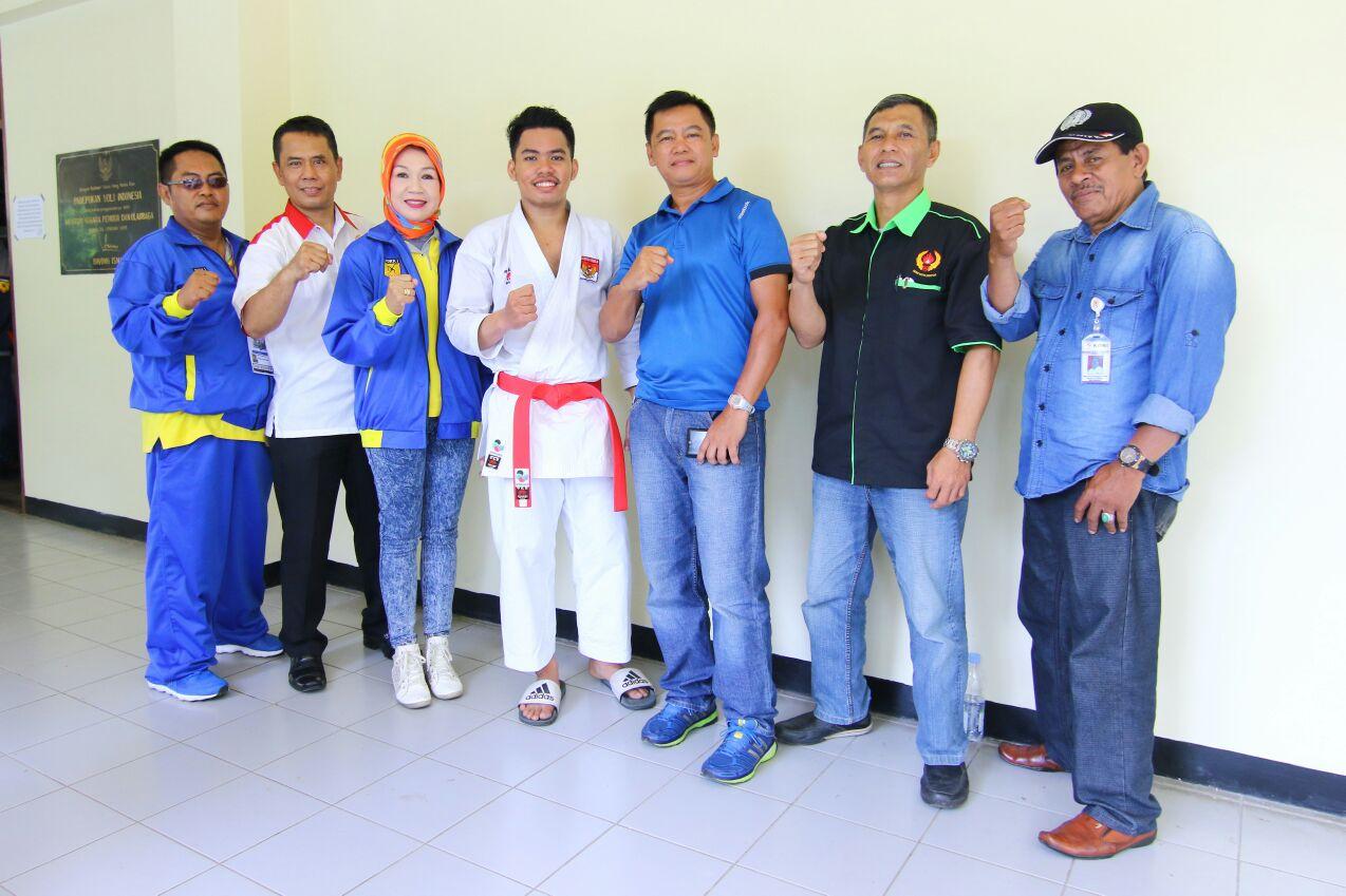 Usai lolos BK Porda Rahmad foto bersama pengurus KONI Kota Depok serta ketua forki Kota Depok
