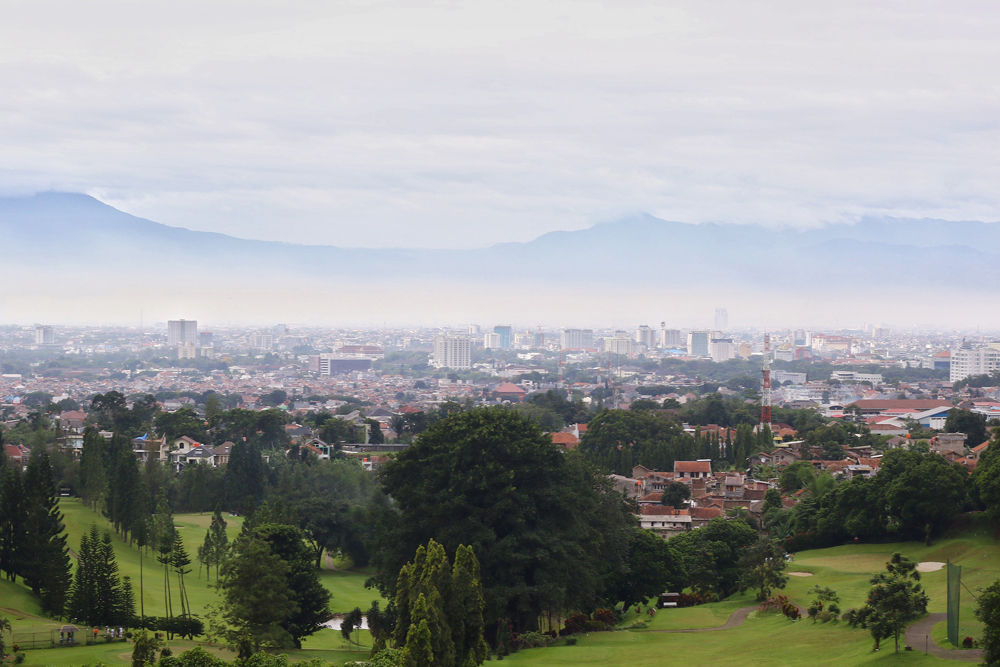 Lapangan Golf Heritage Dago Bandung yang diambil dari posisi teras atas