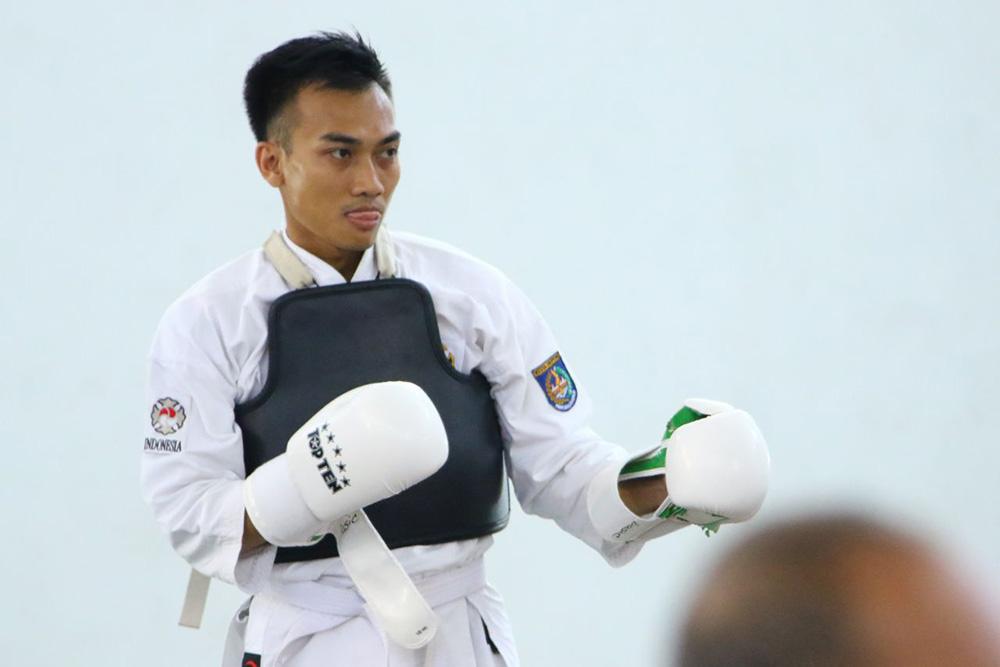 Atlet Kota Depok Hidayat melakukan pemanasan sebelum pertandingan dilaksanakan