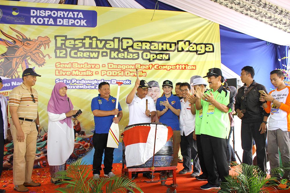 Walikota bersama Ketua KONI, Kadisporyata, Wakil DPRD secara resmi membuka Festival perahu naga yang ke 3 di situ Pedongkelan