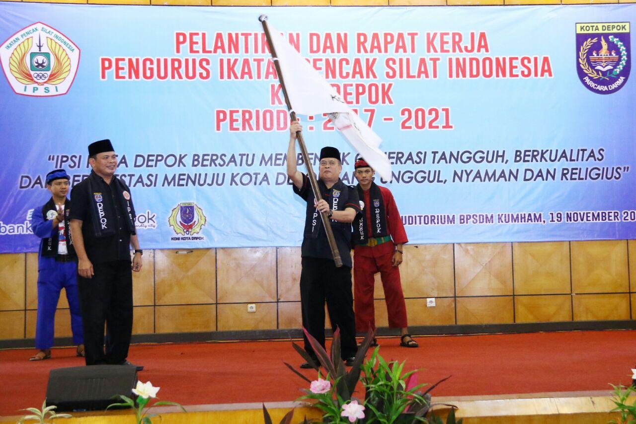Ketua IPSI terpilih mengibarkan bendera IPSI usai serah terima jabatan