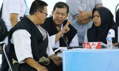Wan Kurnia Pelatih Kempo Kota Depok saat berdiskusi di pertandingan Babak Kualifikasi Porda Jabar