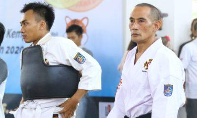 Hidayat (kiri) Senpai Edy (kanan) sedang menganalisa pertandingan di BK Porda Jawabarat