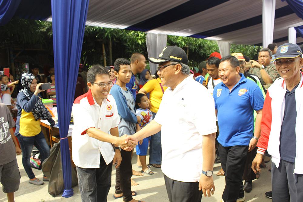 ketua KONI menyambut kedatangan Walikota Depok di acara Festival perahu naga yang ke 3