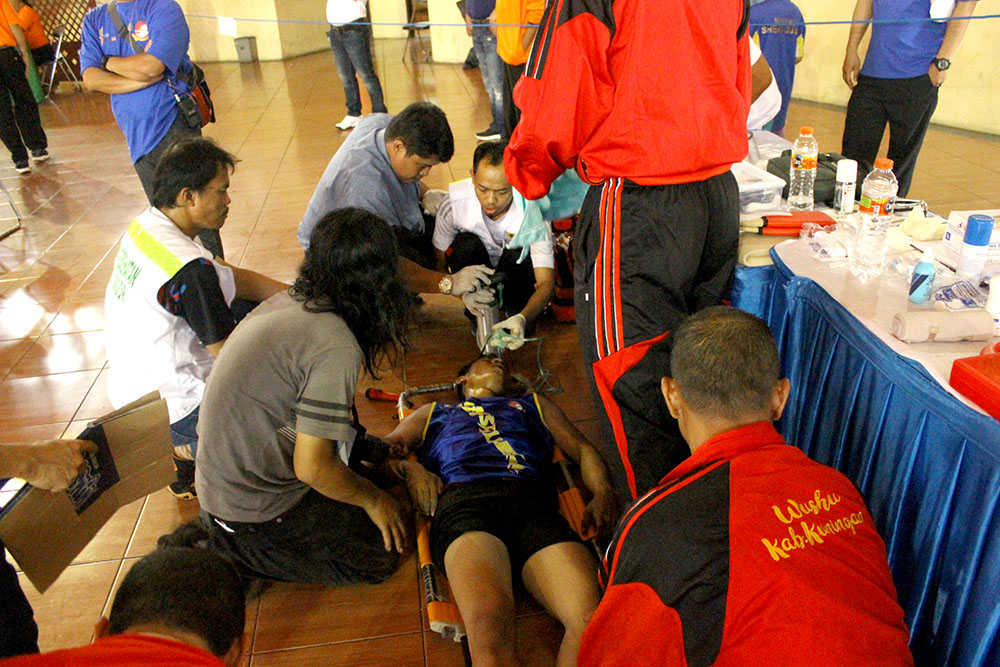 Atlet Kab.Kuningan sedang mendapatkan perawatan medis usai TKO melawan