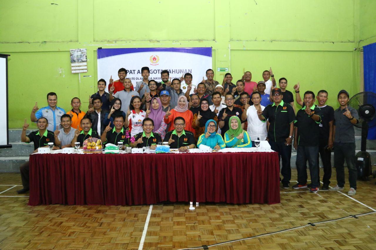 Foto Bersama Pengurus KONI dan anggota cabang olahraga di rapat anggota Tahunan KONI tahun 2017