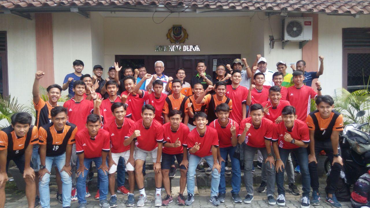 Koetua KONI Kota Depok Drs Amri Yusra M.Si saat melepas Tim BK Sepakbola di halaman Gedung KONI Kota Depok