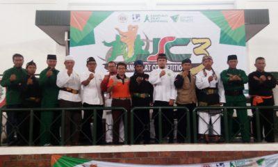 Ketua KONI Kota Depok Drs Amri Yusra M.Si Foto Bersama para penyelenggara dan panitia Jampang Silat Competition 3 di GOR Kartika Kostrad Cilodong Depok Jawa Barat