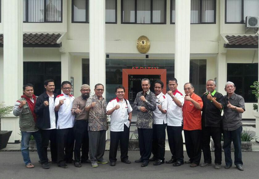 Para Pengurus KONI Foto Bersama di Gedung Pengadilan Depok