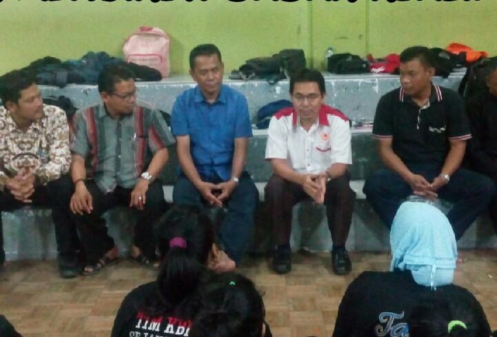 Ketua KONI beserta jajaran berbincang hangat dengan para atlet pencak silat usai melepas tim ke BK Porda Jawa barat