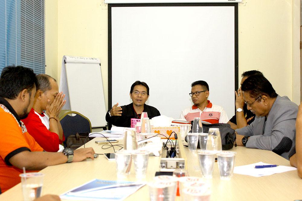 Ketua KONI Kota Depok Drs. Amri Yusra M.Si saat memimpin rapat bidang & biro untuk mengevaluasi hasil BK Porda 2017