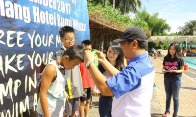 Pengalungan Medali oleh ketua PRSI Kota Depok kepada para pemenang di kejuaraan Amaraish Arena Cup 3 di kolam renang Hotel Bumi Wiyata kota Depok