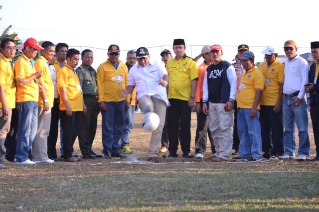 Wakil Walikota Depok Pradi Supriatna Saat melakukan tendangan pertama tanda open turnamen KTI Cup dimulai