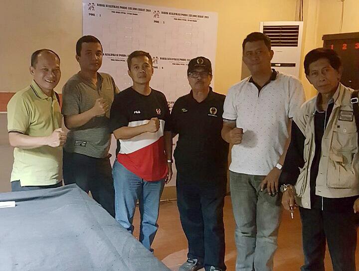 (Sobarudin) kiri Tim Manager bilyar kota Depok foto bersama atlet dan pelatih di Spot biliar kota Cirebon Jawabarat