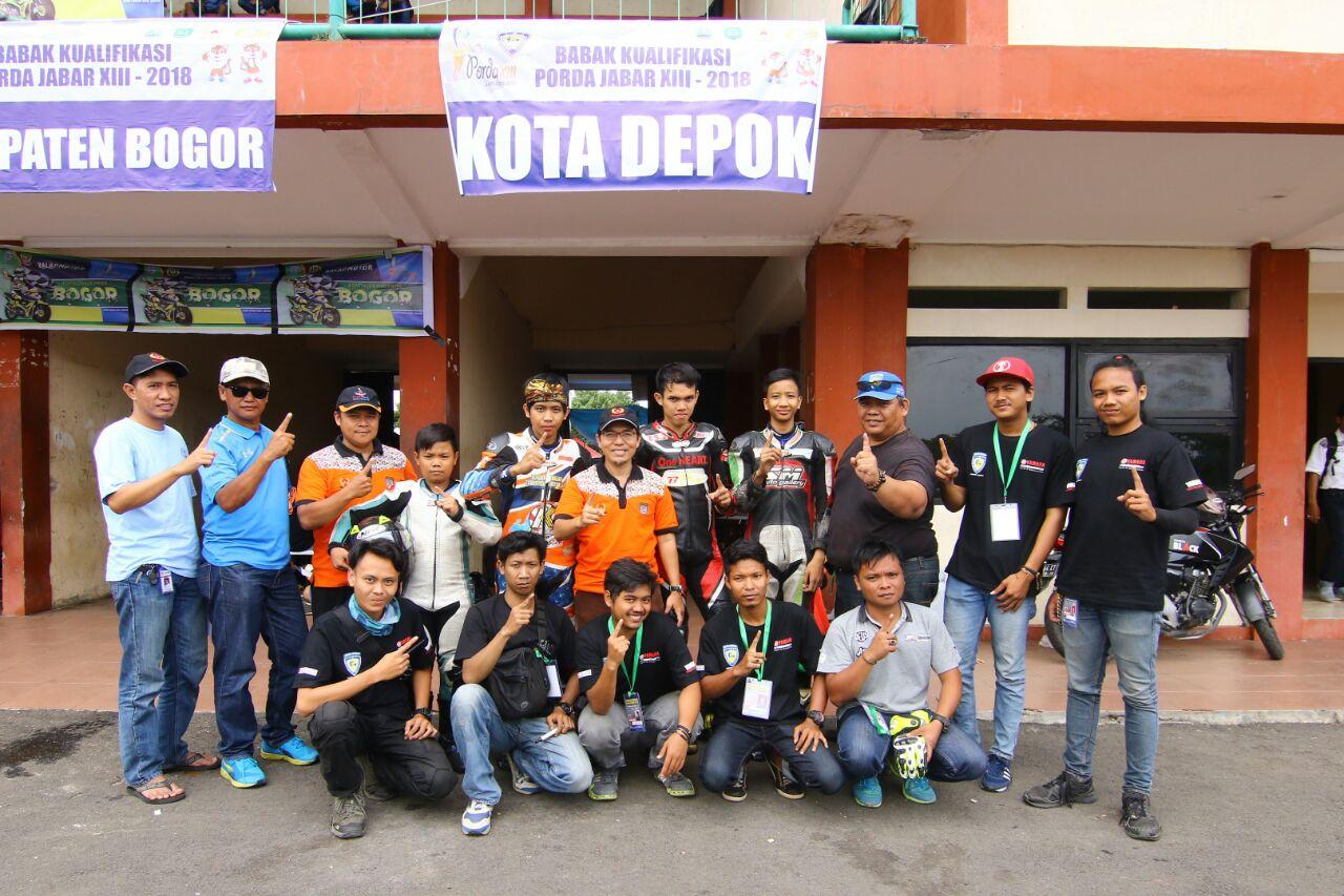 Ketua KONI Kota Depok Foto Bersama Atlet Balap Motor di Padock Sirkuit Gery Mang Subang Jawabarat