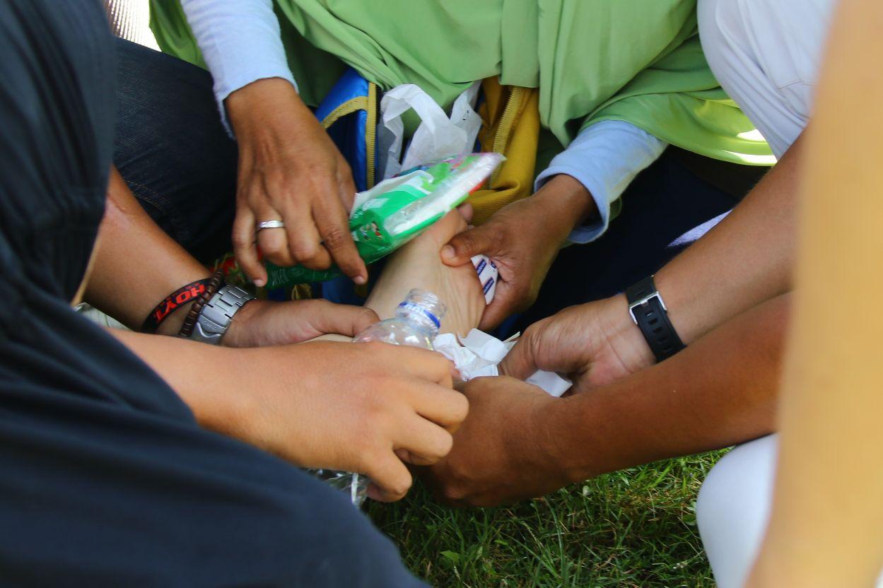 Wulan harus mendapatkan pertolongan medis ketika terkena insiden injak paku payung di lapangan