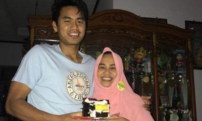 Tontowi Ahmad memberi kue ultah untuk sang ibu pada bulan September lalu (Foto: Instagram @tontowi18)