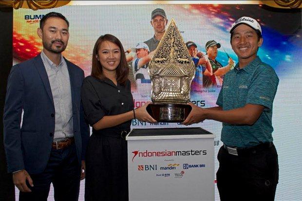 Cho Minn Thant, COO Asian Tour, Merry Kwan, Marketing Direktur Indonesian Masters 2017, George Gandranata, Pemain Golf Professional menampilkan trophy dari Indonesian Masters 2017, Foto : Ist