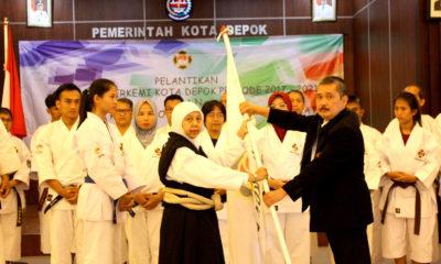drg. Asloe'ah Madjrie, MKK menerima bendera Kempo dari pengprov jabar tanda kepengurusan kota Depok periode 2017-2021 secara Resmi telah dilantik