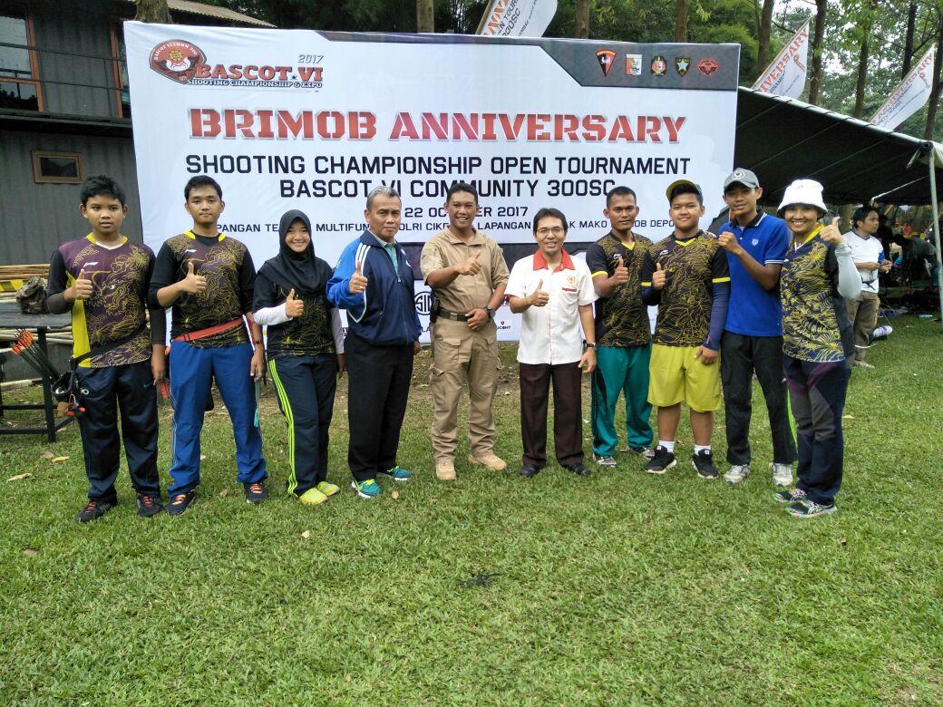 Ketua KONI foto bersama para peserta kejuaraan Bascot Open Archery Turnamen