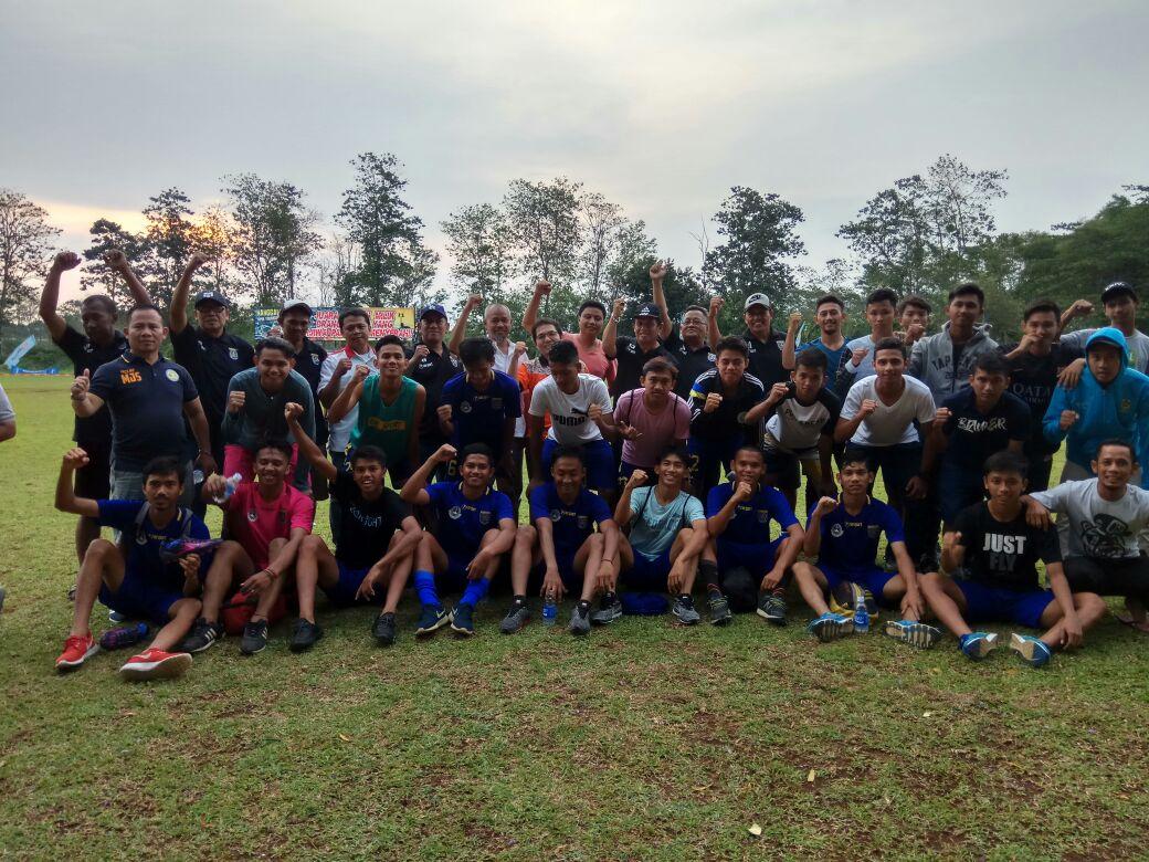 Kegembiraan Ketua KONI Drs Amri Yusra M.Si Saat menonton langsung laga sepakbola Kota Depok vs Kab Sukabumi