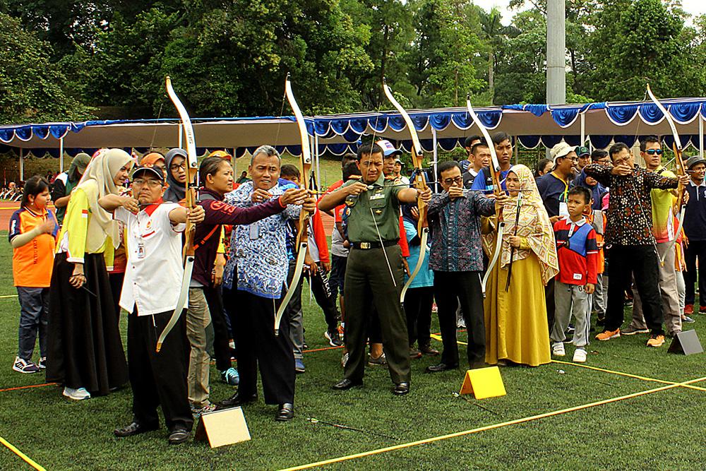 Ketua KONI Kota Depok Drs Amri Yusra,M.Si beserta undangan melepaskan anak panah tanda kejuaraan UI Open Outdoor Archery Championship 2018 telah dibuka secara resmi