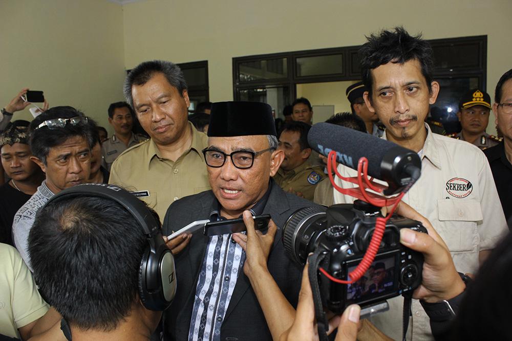wartawan melakukan door stop untuk mewawancarai walikota usai menghadiri peringatan hari pers nasional tingkat kota Depok